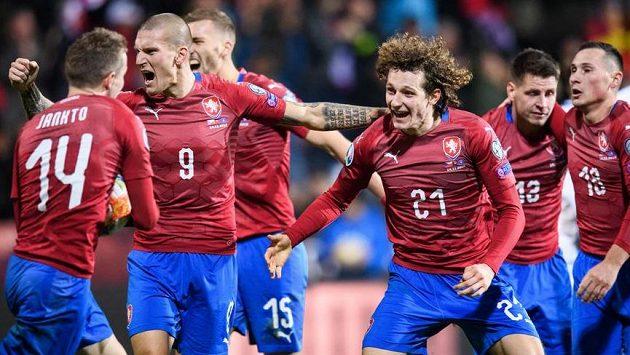 Fotbalisté české reprezentace Jakub Jankto, Zdeněk Ondrášek, Alex Král, Lukáš Masopust a Jan Bořil oslavují gól během duelu s Kosovem.