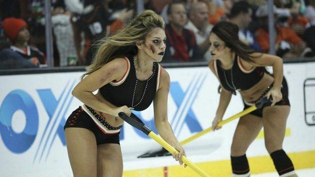 Ošetřovatelkyně ledu v hale Anaheimu s halloweenským make upem.