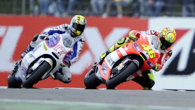 Karel Abraham a Valentino Rossi v souboji.