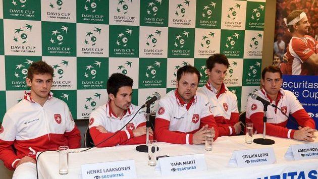 Švýcarský tým ještě pohromadě na tiskové konferenci před zápasem s Belgií. Zleva Henri Laaksonen, Yann Marti, kapitán Severin Lüthi, Adrien Bossel a Michael Lammer.