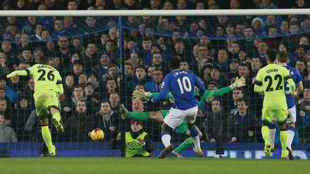 Útočník Evertonu Romelu Lukaku (č. 10) střílí gól do sítě Manchesteru City v úvodním semifinálovém duelu Ligového poháru.