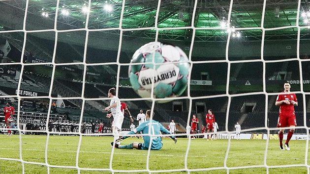 Jonas Hofmann z Borussie Mönchengladbach překonává brankáře Bayernu Manuela Neuera.