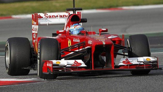 Fernando Alonso v novém monopostu Ferrari při testech v Barceloně.