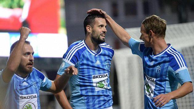Radost fotbalistů Mladé Boleslavi: (zleva) Jiří Skalák, střelec úvodního a třetího gólu domácích Lukáš Magera a Jan Chramosta.