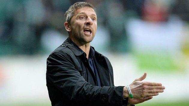 Trenér Bohemians Martin Hašek udílí pokyny svým svěřencům.