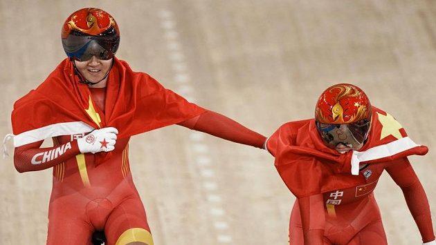 Čínské dráhařky slaví zisk zlaté olympijské medaile.