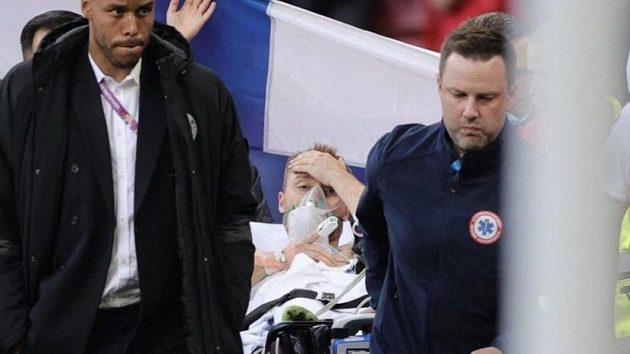 Dánský fotbalista Christian Eriksen byl během utkání EURO převezen do nemocnice, bojoval o život. Teď lékařská vyšetření rozhodnou, zda se vrátí k tréninku.