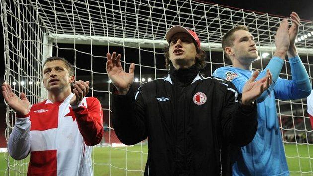 Zleva slávisté David Hubáček, trenér Martin Poustka a brankář Martin Berkovec děkují fanouškům.