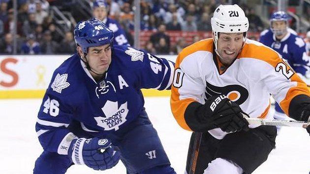 Český hokejový obránce Roman Polák (vlevo) opouští Toronto a stěhuje se do San Jose.