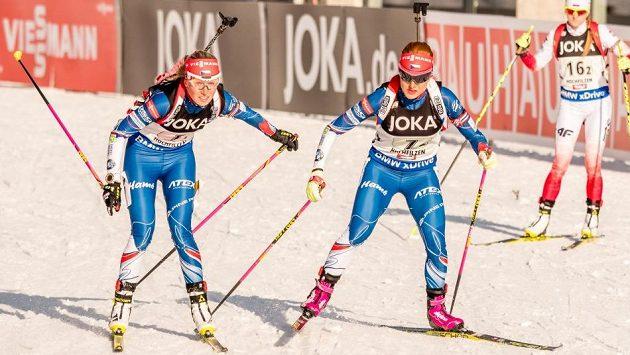 Gabriela Koukalová (vpravo) přebírá štafetu po Evě Puskarčíkové.