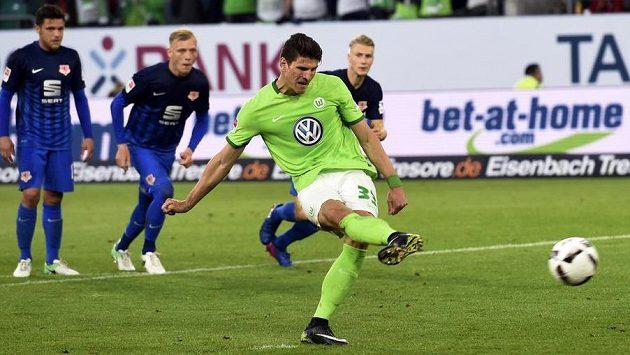 Mario Gómez střílí z penalty vedoucí gól Wolfsburgu v baráži o účast v bundeslize