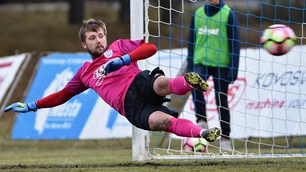 Gólman Táborska Michal Toma dostává gól z penalty od libereckého Bosančiče.