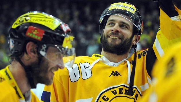 Hokejisté Litvínova se radují z postupu do finále, uprostřed střelec rozhodující branky v prodloužení Peter Jánský.