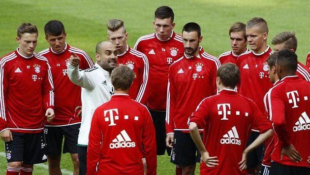 Kouč Pep Guardiola uděluje pokyny novým svěřencům z Bayernu Mnichov.
