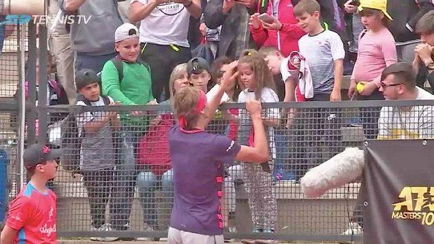 Alexander Zverev trefil míčkem malou divačku.
