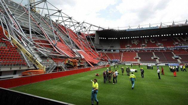 Při rekonstrukci fotbalového stadionu v nizozemském Enschede se zřítila střecha nad jednou z tribun. V troskách zůstali dva mrtví.