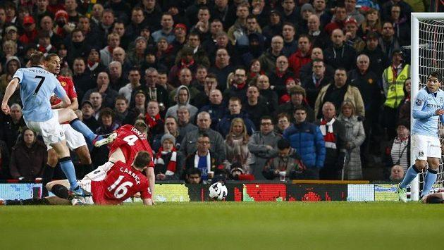 James Milner střílí vedoucí gól Manchesteru City na Old Trafford.