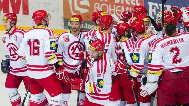 Třinečtí hokejisté se radují z postupu do semifinále play off.