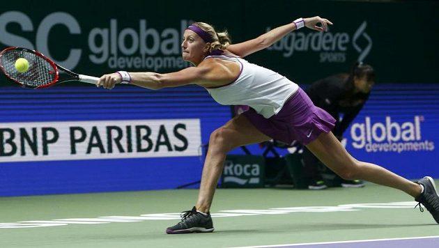 Česká tenistka Petra Kvitová se natahuje po míčku v utkání proti Němce Kerberové na Turnaji mistryň.