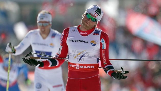 Běžec na lyžích Petter Northug (vpravo) dovezl norskou štafetu na mistrovství světa ve Val di Fiemme do cíle na prvním místě.