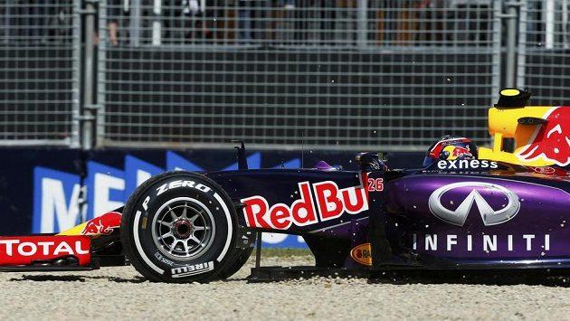Pilot Red Bullu Daniil Kvjat se seznamuje s kačírkem na okruhu v Melbourne.