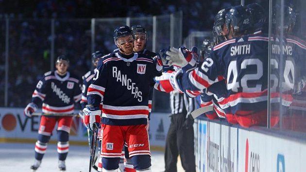 Michael Grabner (40) z NY Rangers se raduje se spoluhráči při utkání s Buffalem.