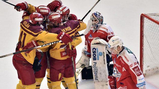 Jihlavští hráči se radují z gólu v utkání baráže s Pardubicemi.