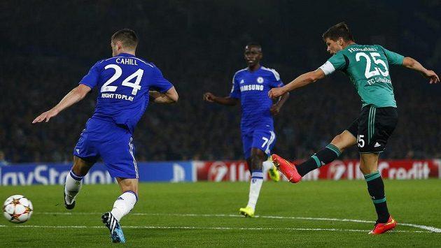 Útočník Schalke Klaas-Jan Huntelaar střílí vyrovnávací gól Schalke 04 na hřišti Chelsea.