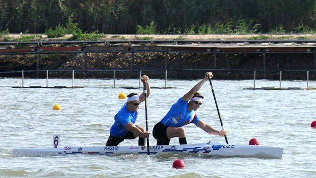 Petr (vpředu) a Martin Fuksové při rozjížďce na kilometru při mistrovství světa v Szegedu.