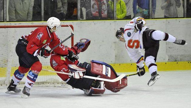 Útočník Sparty David Dvořáček (vpravo) v přípravném hokejovém zápasu proti pardubickému brankáři Tomáši Halászovi neuspěl. Vlevo pardubický útočník Jan Starý.