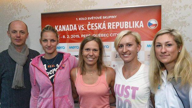 České tenistky zprava Denisa Allertová, Tereza Smitková, Lucie Hradecká, Karolína Plíšková a kapitán týmu Petr Pála jsou na cestě k utkání 1. kola Fed Cupu v Kanadě.