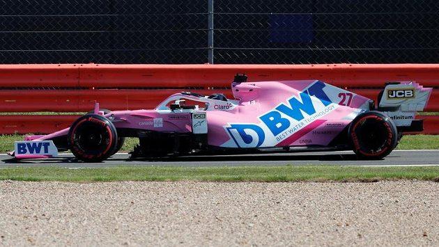 Nico Hülkenberg v barvách stáje Racing Point během prvního tréninku na okruhu v Silverstone.