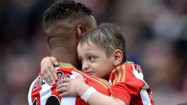 Malý Bradley Lowery objímá svého oblíbeného hráče Jermaina Defoea před květnovým utkáním Sunderlandu v Premier League proti Swansea.