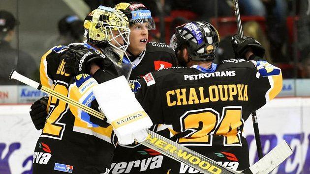 (Zleva) brankář Litvínova Jaroslav Janus a obránci Filip Pavlík a Petr Chaloupka se radují z vítězství.