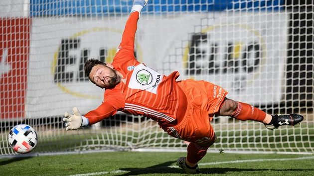 Brankář Mladé Boleslavi Jan Šeda inkasuje gól z penalty od sparťana Dávida Hancka.