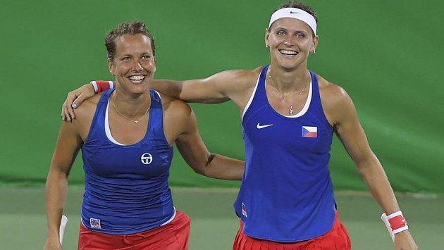 Lucii Šafářovou (vpravo) v Riu trápí střevní problémy. Nastoupí po boku Barbory Strýcové k dalšímu zápasu ve čtyřhře?