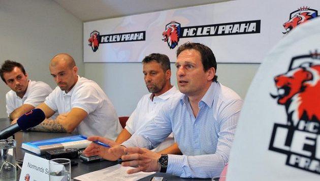 Generální manažer Normunds Sejejs (zprava), trenér Josef Jandač a hráči Jakub Klepiš s Michalem Řepíkem představili plány hokejového klubu HC Lev Praha