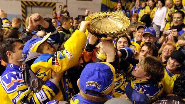 Fanoušci ústeckých hokejistů s pohárem pro vítěze 1. ligy