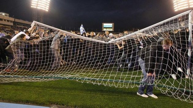 Incidenty začaly už na stadiónu, kde fanoušci zničili branky.
