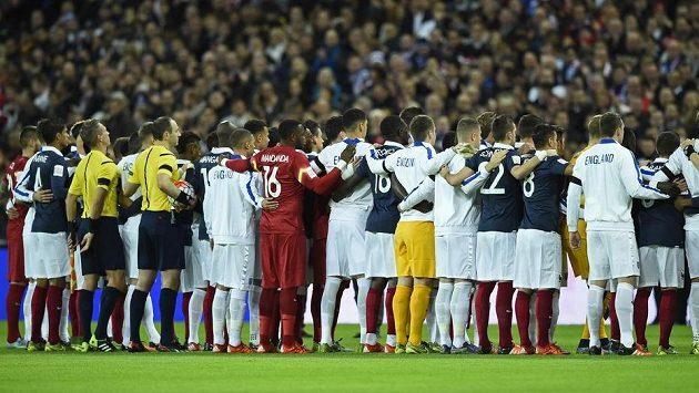 Fotbalisté Francie a Anglie drží ve Wembley minutu ticha za oběti teroristického útoku v centru Paříže.