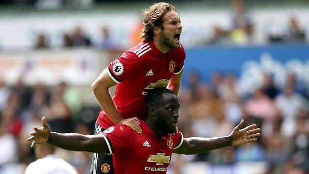 Kdo Manchester United zastaví!? Romelu Lukaku (dole) a Daley Blind slaví úžasný ligový start.