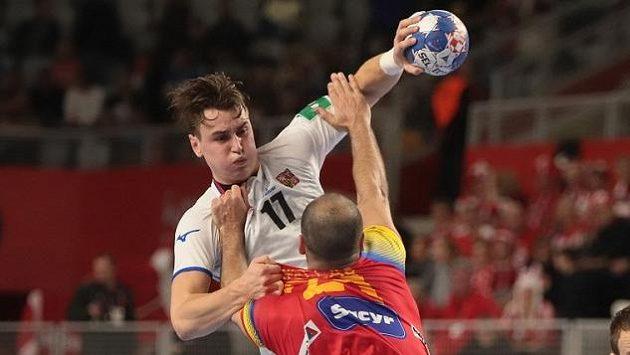 Český házenkář Stanislav Kašpárek během zápasu se Španělskem.