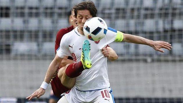 Kapitán české fotbalové reprezentace Tomáš Rosický (vpředu) v souboji s Olegem Šatovem z Ruska.