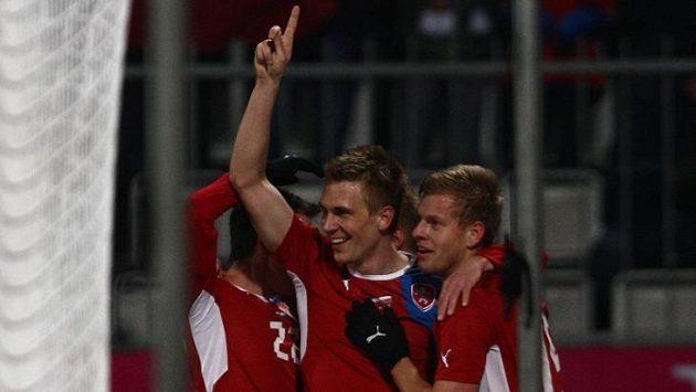 Bořek Dočkal (vlevo) dal Slovákům třetí gól, slaví ho s Matějem Vydrou, který mu na něj přihrál.