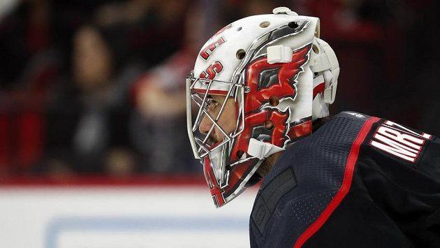 Petr Mrázek, český brankář Caroliny Hurricanes, v utkání hokejové NHL proti New Jersey.