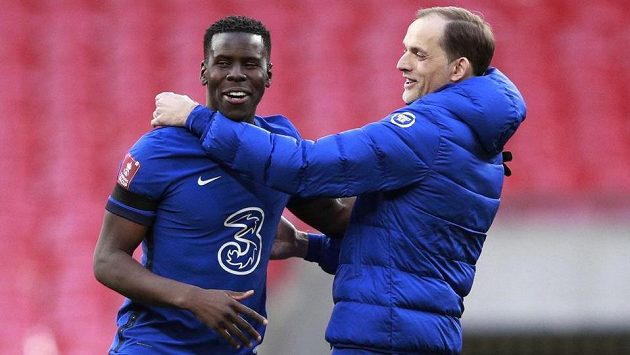 Trenér Chelsea Thomas Tuchel a Kurt Zouma se radují po výhře nad Manchesterem City.