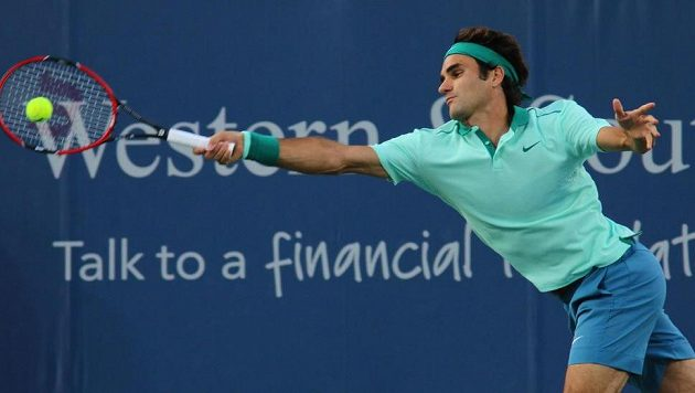Roger Federer při zápase proti Andymu Murraymu na turnaji v Cincinnati.