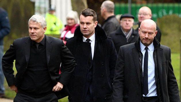 Někdejší fotbalisté Newcastlu zleva Rob Lee, Shay Given a Alan Shearer na zádušní mši uctili památku Pavla Srníčka.