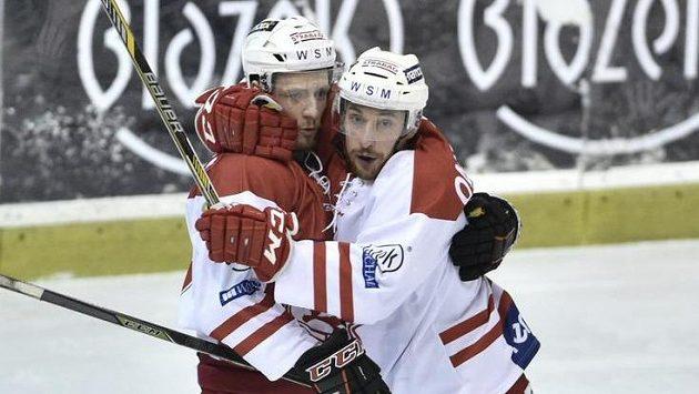 Útočníci pražské Slavie Henri Tuominen (vlevo) a Martin Ondráček se radují z úvodního gólu.