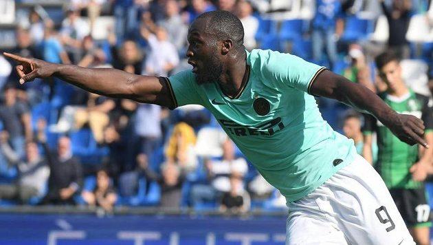 Útočník milánského Interu Romelu Lukaku oslavuje jeden ze svých dvou gólů na hřišti Sassuola.